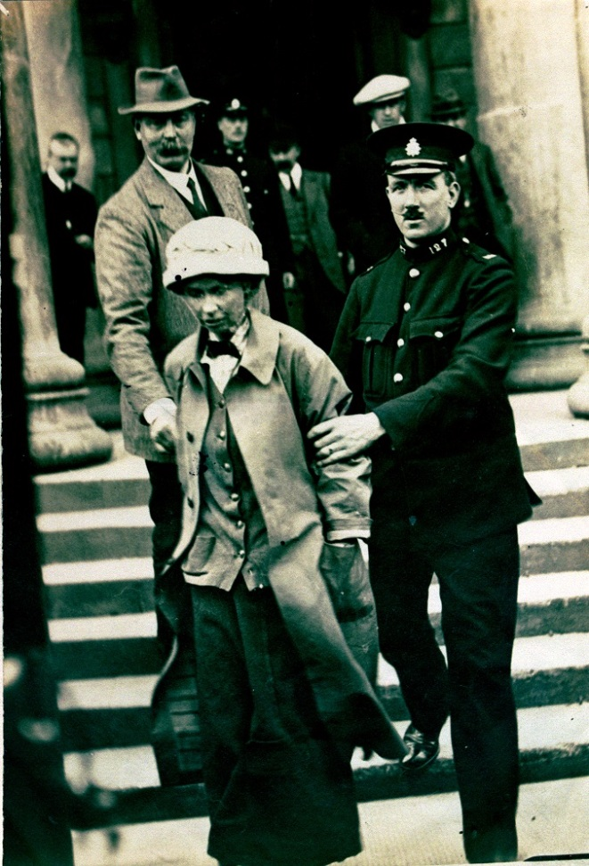 Photograph of Fanny Parker being escorted from Ayr Sheriff Court, 1914 (NRS, HH16/43/58)